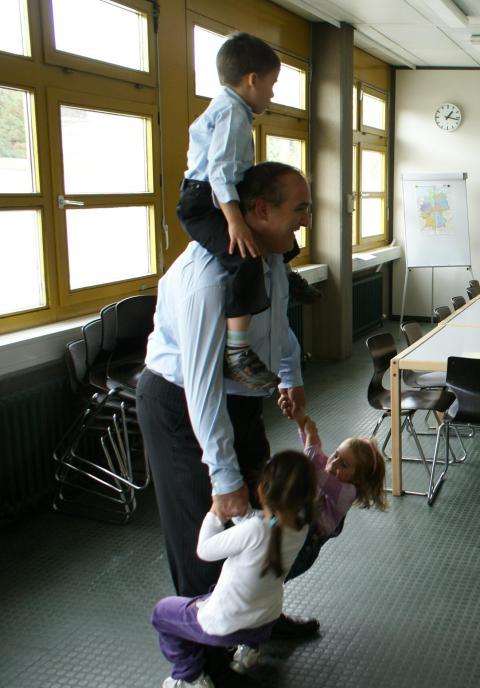 Діти радо повертаються до батьків після активного заняття українською мовою